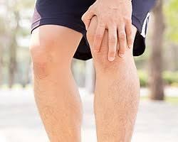 膝下がポッコリ腫れ上がってきた…そこを押すと痛い